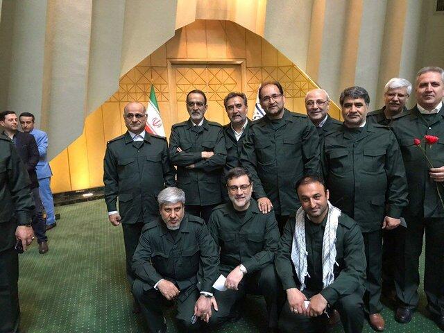 حضور جمعی از نمایندگان در جلسه علنی مجلس با لباس سپاه (+عکس)