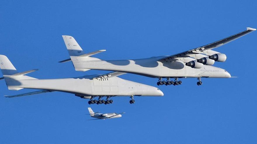 اولین پرواز بزرگترین هواپیمای جهان/ هواپیمایی برای پرتاب موشک و فضاپیما