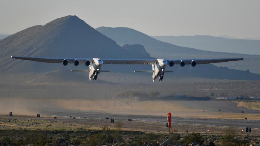 اولین پرواز بزرگترین هواپیمای جهان/ هواپیمایی برای پرتاب موشک و فضاپیما (+عکس و فیلم) - 11