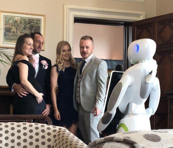 عروس و دامادی که روبات عکاس استخدام کردند (+عکس)