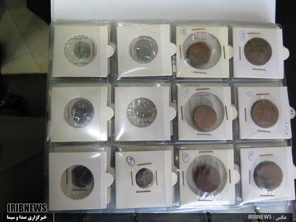 کشف سکههای تاریخی قاچاق در فرودگاه کیش (+عکس)/ یک زن دستگیر شد