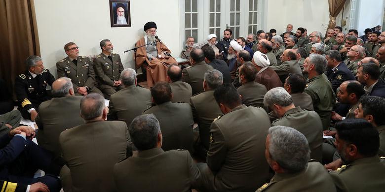 دیدار جمعی از فرماندهان ارتش و نیروی زمینی با مقام معظم رهبری (عکس)