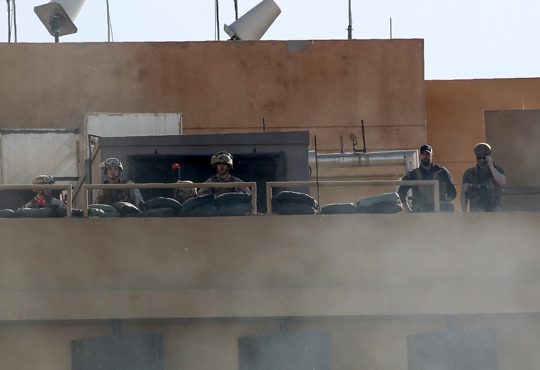 حمله معترضان عراقی به داخل سفارت آمریکا در بغداد (+عکس)/ ادعای ترامپ: کار ایران است