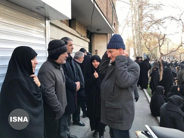 حضور مصطفی تاجزاده و فخرالسادات محتشمیپور در مراسم تشییع پیکر سردار سلیمانی (عکس)