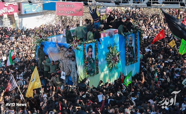 پریدن مرد جوان داخل کامیون حامل پیکر شهید سلیمانی (عکس)
