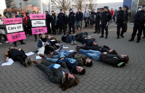 برخی از معترضان به تغییرات آب و هوایی