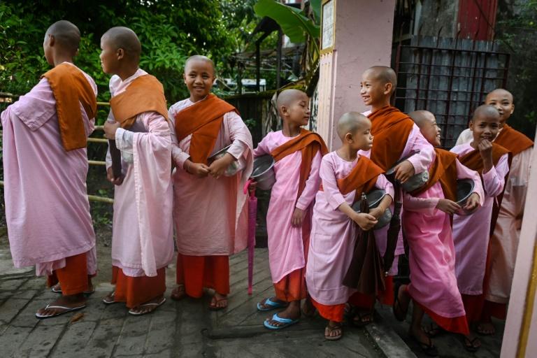 راهبه های کودک میانمار