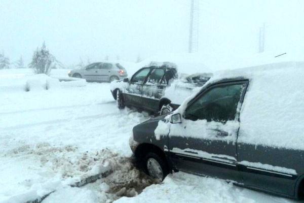 بارش برف در آذربایجانغربی راه ارتباطی ۱۶۴ روستا را مسدود کرد