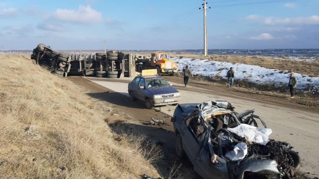3 کشته در تصادف پژو با تریلی در جاده همدان (+عکس)