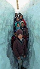 روزگار سخت دانشآموزان میان تونلهای برفی 
