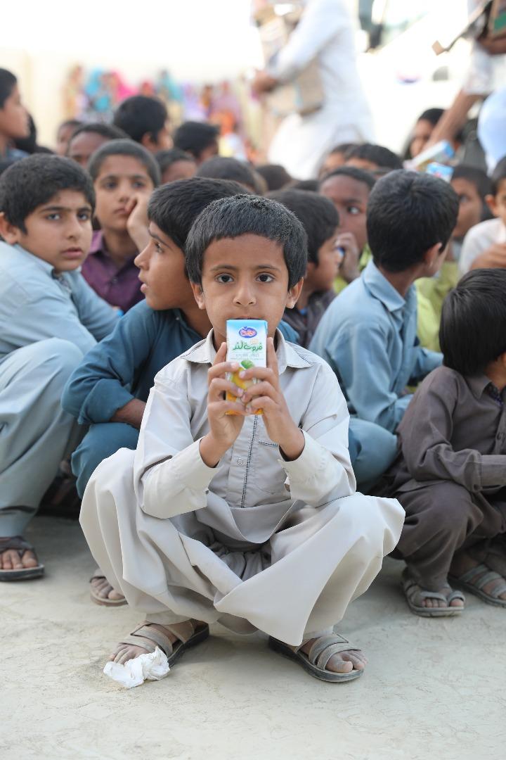 لبهای کودکان سیستانی آراسته به لبخند، از سر امید، همراه با کمپین