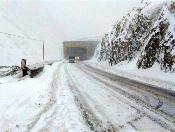 بارش شدید برف در جادههای کندوان و هراز