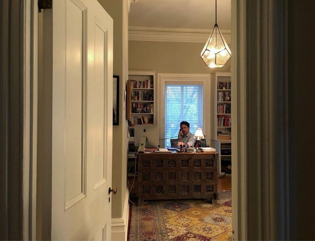 نخست وزیر کانادا تنها در خانه (عکس)