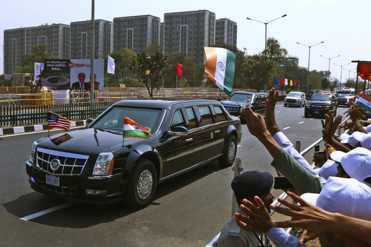 خودروی حامل ترامپ و همسرش در خیابان های شهر احمدآباد هند (عکس)