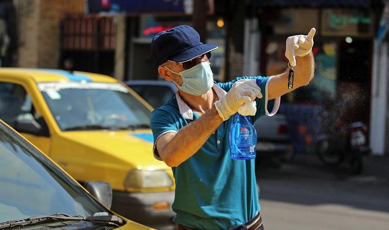 پیشگیری یک راننده تاکسی از کرونا در قم (عکس)
