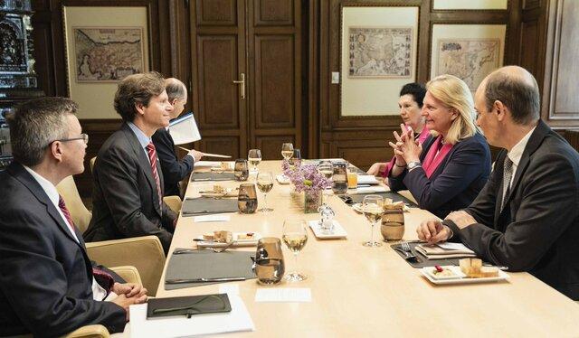 گفتوگوی وزیر خارجه اتریش و سفیر آمریکا درباره تحریمهای نفتی ایران