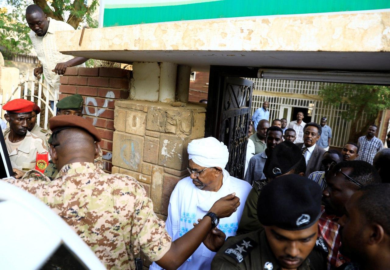 «عمر البشیر» برای بازجوئی در انظار عمومی ظاهر شد