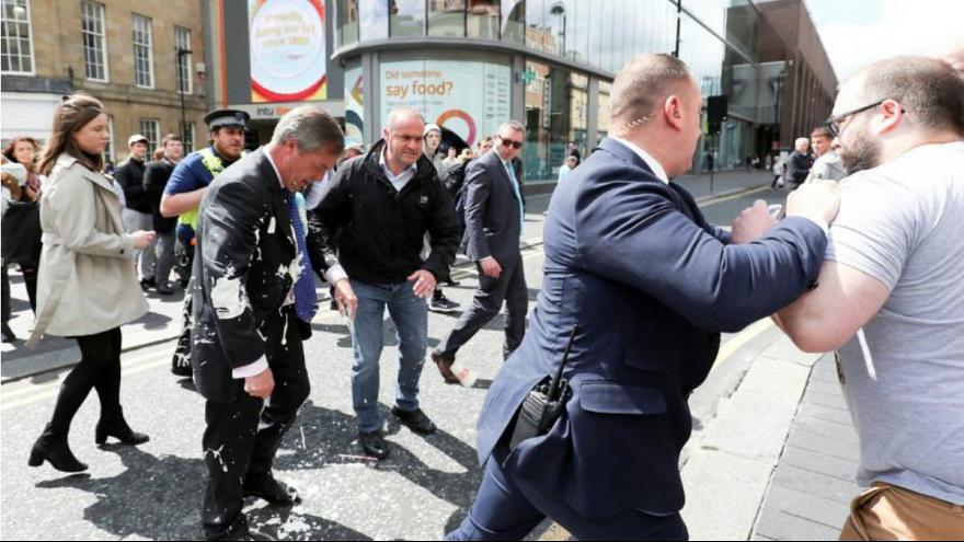 پرداخت هزینه خشکشویی جریمه پرتاب میلکشیک به رهبر حزب برکسیت بریتانیا
