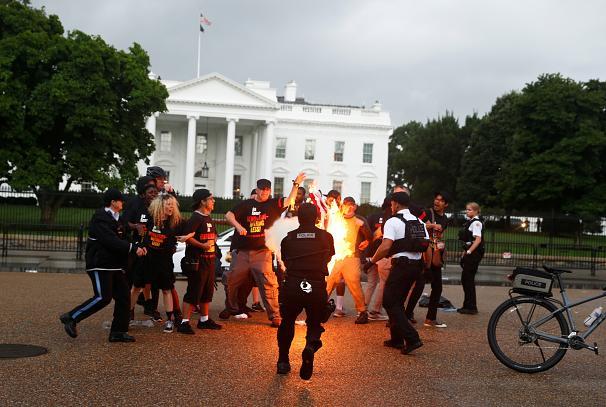 ماجرای آتش زدن پرچم آمریکا در پایتخت آمریکا و حواشی آن