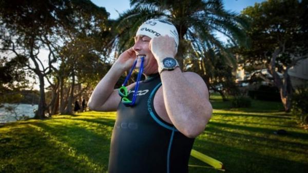 سر کار رفتن مرد استرالیایی با شنا! (+عکس)