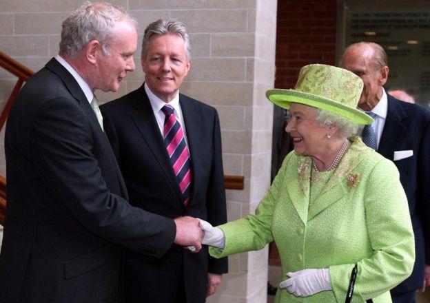 تصاویر ملکه بریتانیا را از وزارت ایرلند شمالی برداشتند