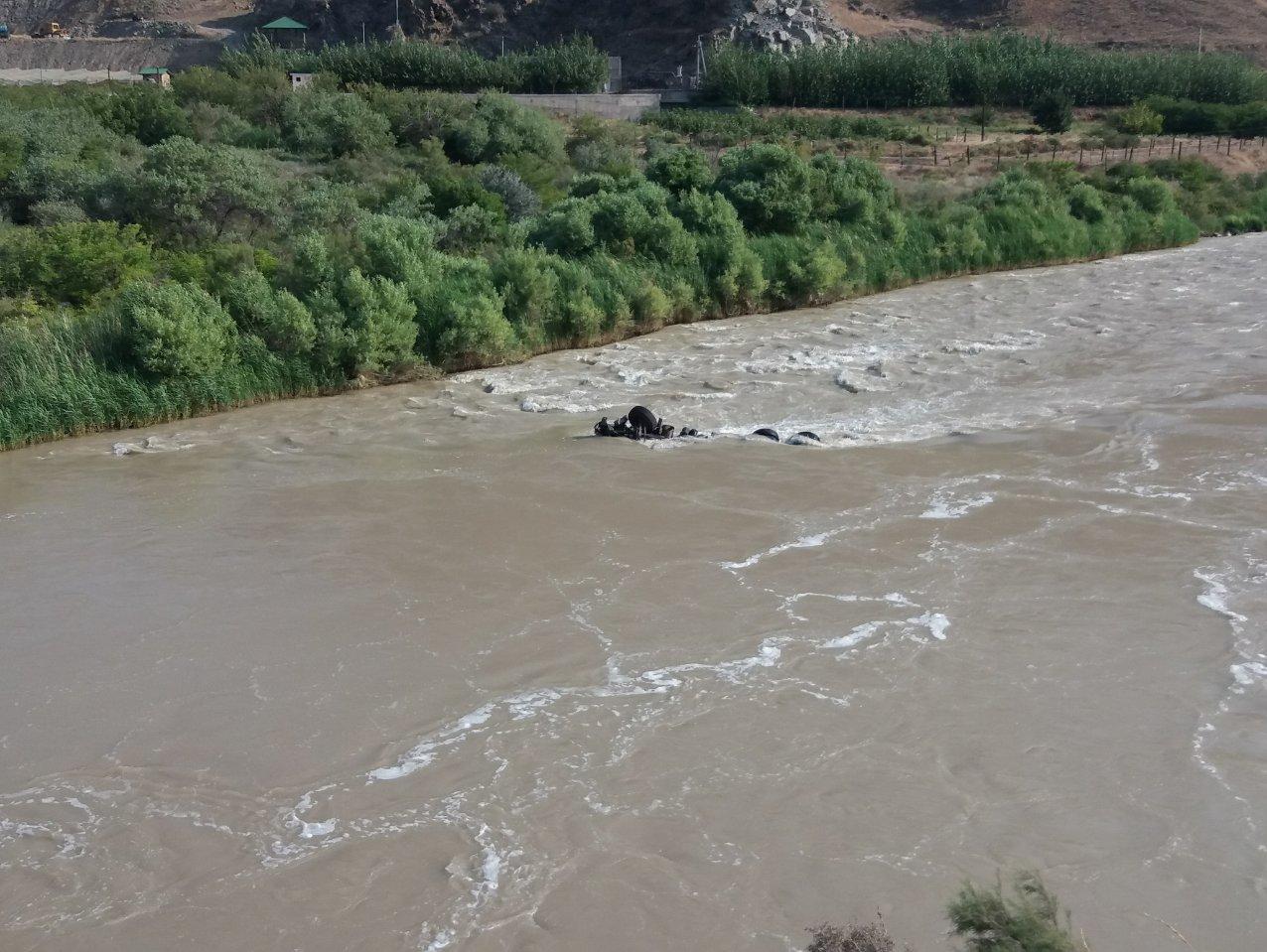 سقوط کامیون به رود ارس/از سرنوشت راننده اطلاعی در دست نیست (+عکس)