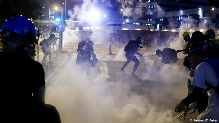ادامه تحصن در فرودگاه هنگ کنگ در سایه تشدید ناآرامیها