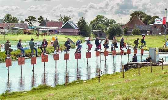 مسابقه عجیب نشستن روی میله چوبی! (+عکس)
