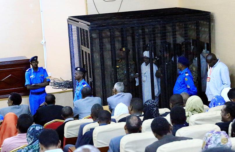 محاکمه عمر البشیر در قفس/ رشوه 90 میلیون دلاری ولیعهد سعودی (+عکس)