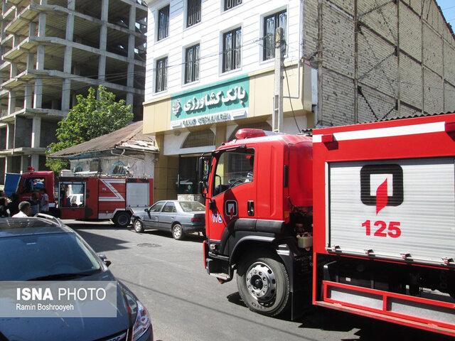مصدوم شدن 9 نفر در آتش سوزی بانک کشاورزی آستارا (+عکس)
