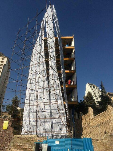 مهار به موقع داربست های در حالت ریزش ساختمانِ 9 طبقه (+عکس)