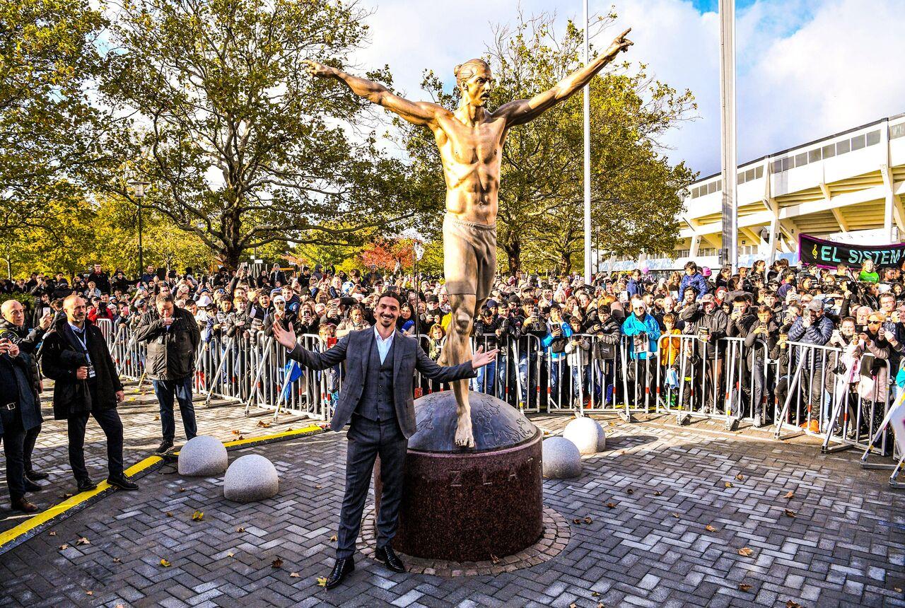 رونمایی از مجسمه «زلاتانِ» در حضور دبستانیها (عکس)