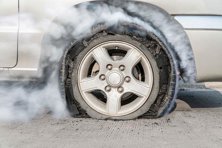 اخبار فنی خودرو|هنگام ترکیدن لاستیک خودرو چه کنیم؟