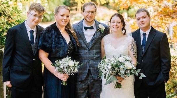 ازدواج دختر انگلیسی در روز مرگ مادرش! (+عکس)