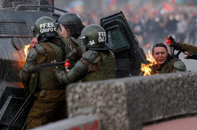 ناآرامیهای شیلی: بزرگترین تظاهرات در سومین هفته (+عکس)/ حمله معترضان با قابلمه به پلیس