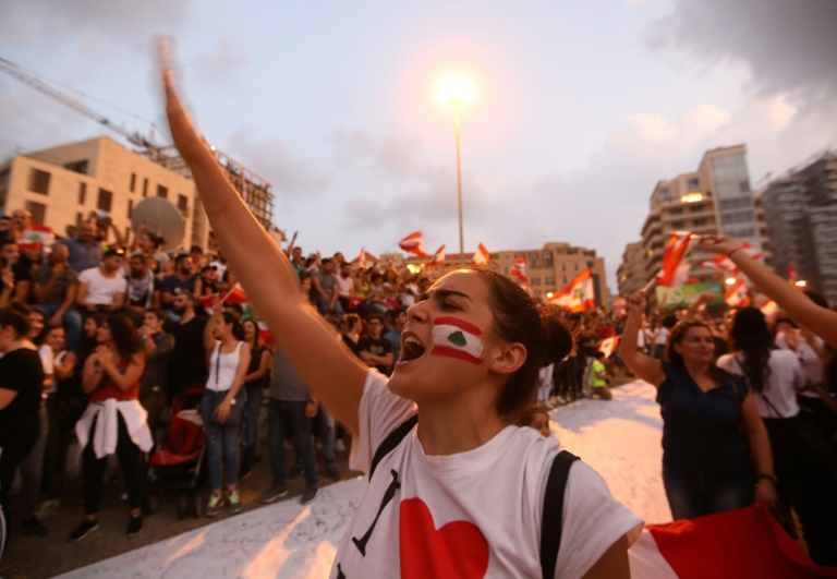 زنان در اعتراضات لبنان: فشاری مضاعف را تحمل می کنیم/ انقلاب ما فمنستیی است
