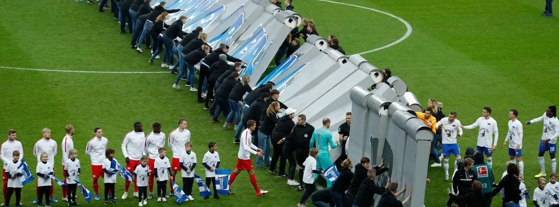 سقوط دیوار برلین در استادیوم ورزشی (+عکس)