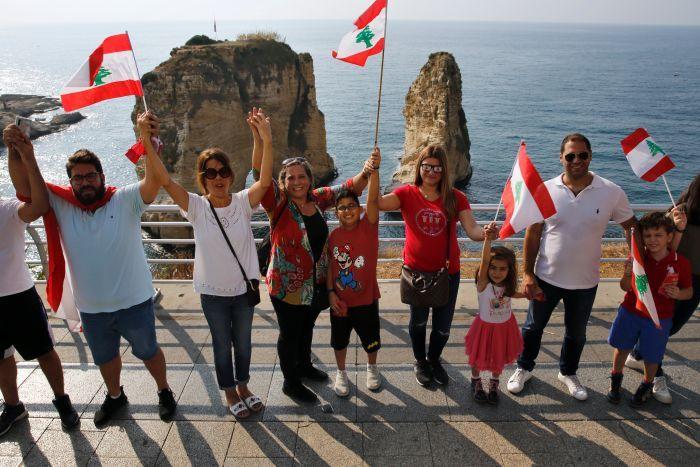 زنجیره انسانی طرابلس تا صور/ صد هزار لبنانی در 170 کیلومتر (+عکس)