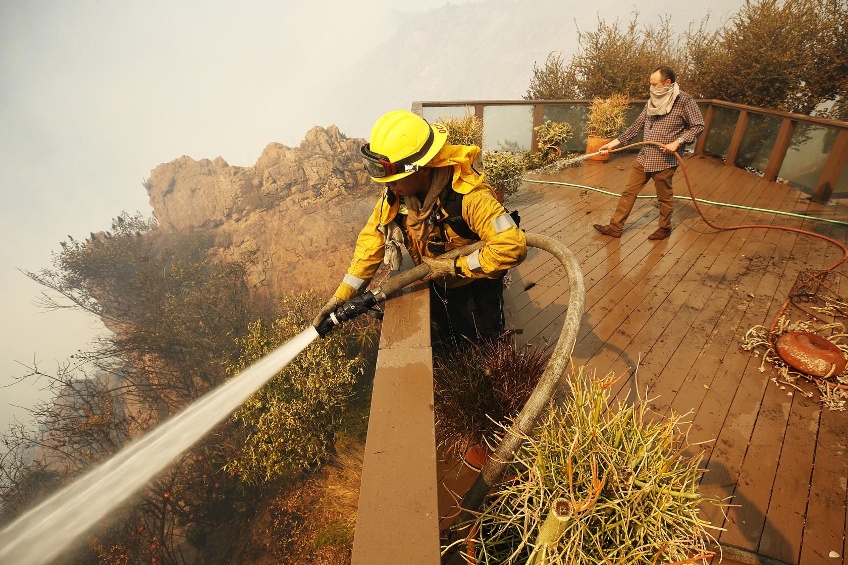 آتشسوزی کالیفرنیا: هزاران نفر آواره، یک میلیون نفر در خاموشی