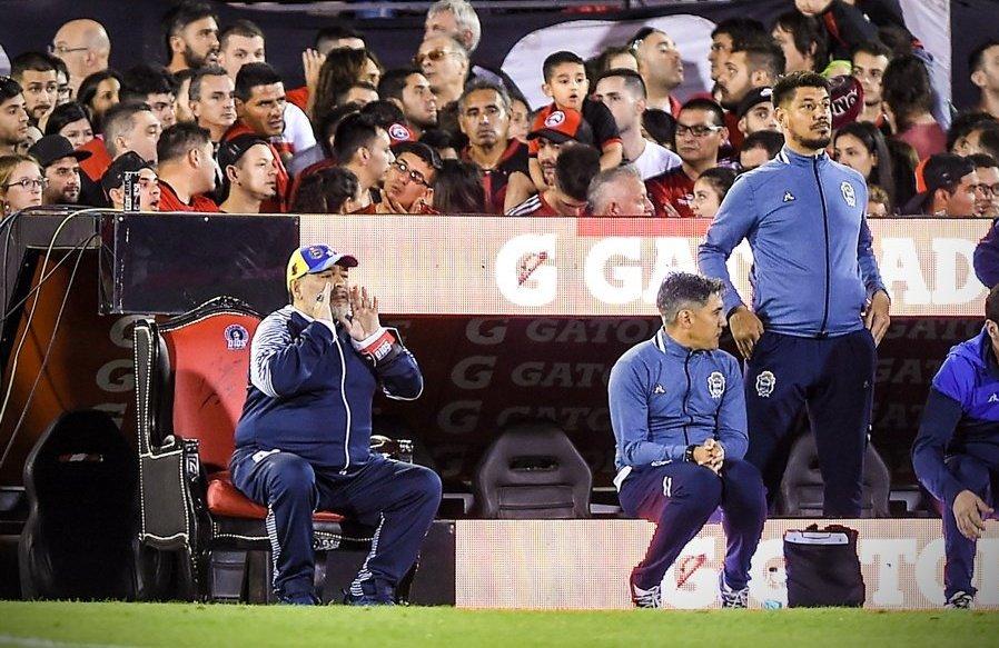 مارادونا در کنار زمین از روی مبل، خیمناسیا را هدایت میکند + عکس