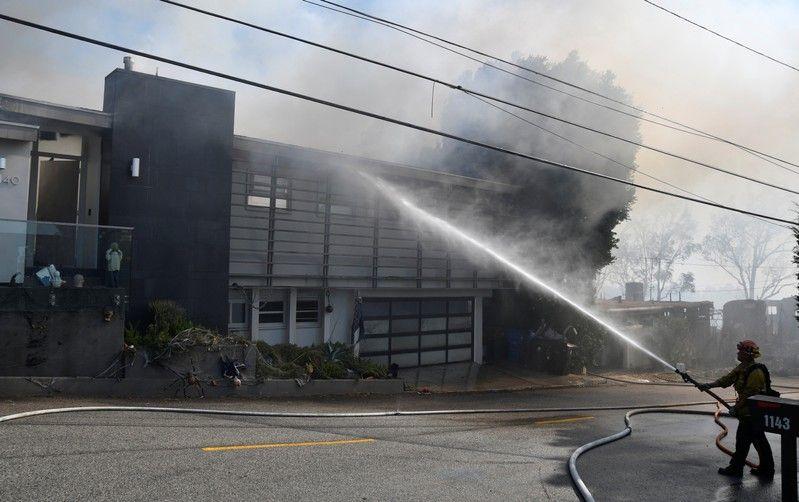 سوختن خانههای چند میلیون دلاری سلبریتیها در آتش کالیفرنیا/ آرنولد شوارتزنگر و ستاره بستکتبال در میان آوارگان