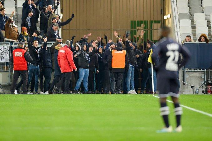 توقف بازی بوردو و نیمالمپیک با حمله هواداران به زمین (+عکس)