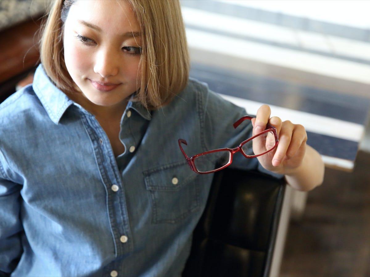 زنان شاغل ژاپن ممنوعیت استفاده از عینک در محیط کاری
