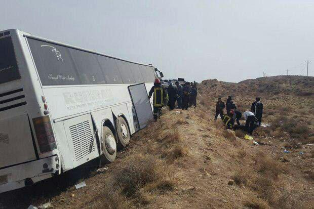 4 مجروح در واژگونی اتوبوس در گردنه آهوان سمنان