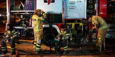آتش سوزی گسترده در انبار لباس در چهارراه استانبول تهران