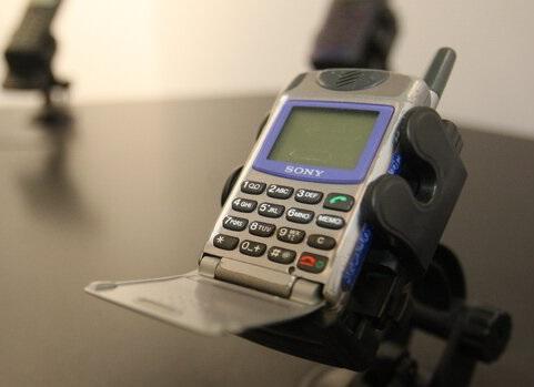 سرگردانی دارندگان تلفنهای همراه غیرهوشمند در بانکها
