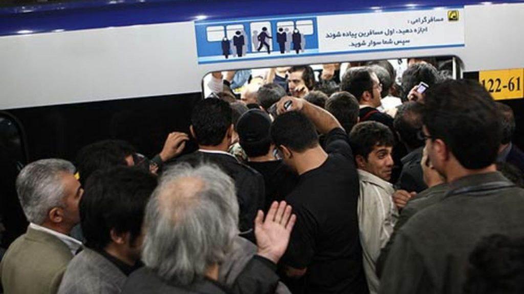 ازدحام جمعیت و سرگردانی مسافران در خط یک مترو تهران