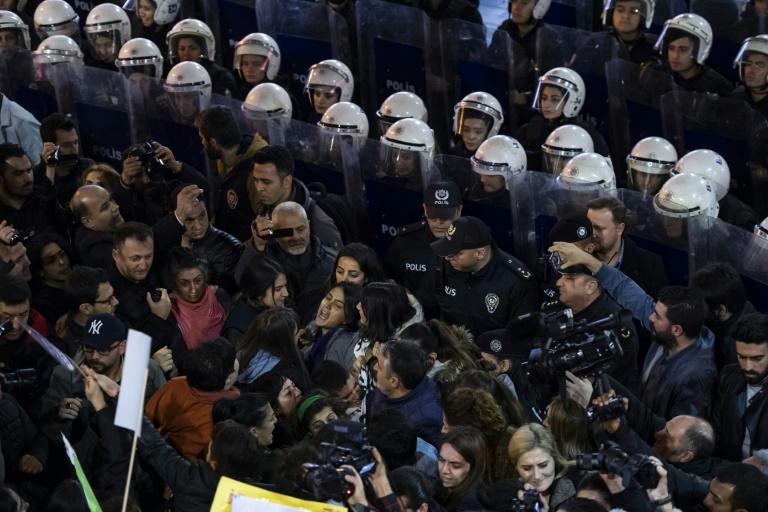 تظاهرات مردم استانبول در روز جهانی رفع خشونت علیه زنان