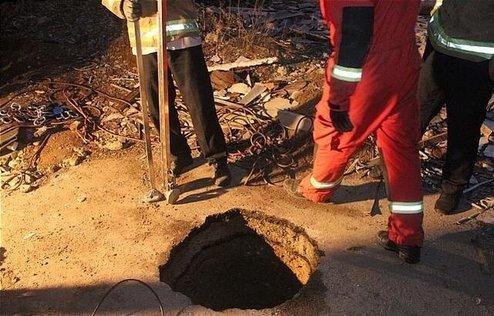 سقوط مرگبار کارگر جوان به چاه 25 متری در تهران (+عکس)