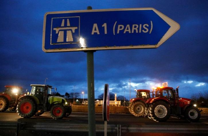 سد معبر خیابانهای پاریس توسط تراکتورها